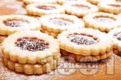 Домашни слепени маслени линцерови сладки / бисквитки с мармалад от череши  и пудра захар - снимка на рецептата
